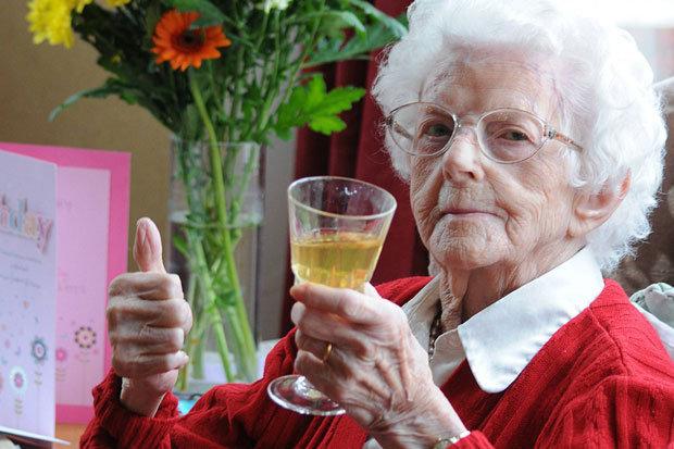 moden kvinde drink